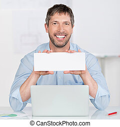 hombre de negocios, tenencia, muestra en blanco, en, escritorio de oficina