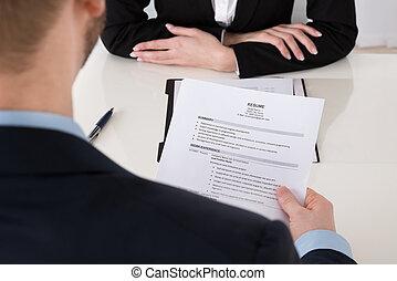 hombre de negocios, tenencia, resumen, en, escritorio de oficina