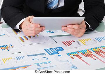 hombre de negocios, tenencia, tableta de digital, encima, gráfico
