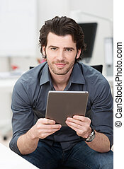 hombre de negocios, teniendo tableta, computadora