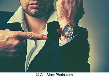 hombre de negocios, time., relojes, brazo, concepto