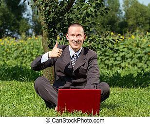 hombre de negocios, trabajando, aire libre
