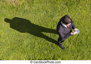 hombre de negocios, trabajando, con, un, palmtop