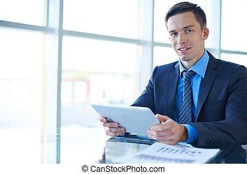 hombre de negocios, trabajando, en, oficina