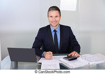 hombre de negocios, trabajando, escritorio