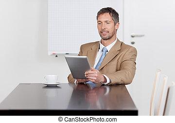 hombre de negocios, utilizar, tableta de digital, en el escritorio, en, oficina
