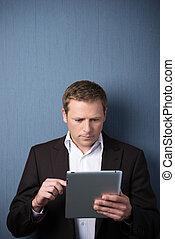 hombre de negocios, utilizar, un, tableta, computadora