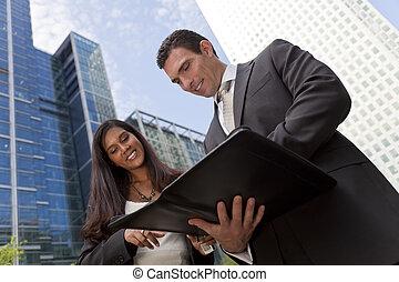 hombre de negocios, y, mujer de negocios, reunión equipo, en, un, moderno, ciudad