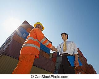 hombre de negocios, y, trabajador manual, con, contenedores...