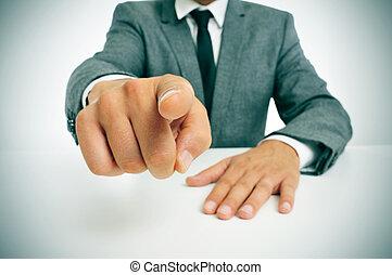 hombre, dedo que señala, traje