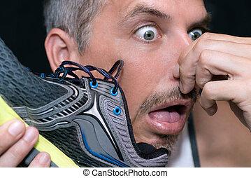 hombre, después, zapato, mordazas, oler