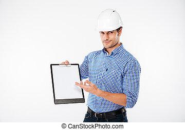 hombre, edificio, ingeniero, en, sombrero duro, señalar, en, blanco, portapapeles