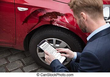 hombre, el mirar, tableta de digital, cerca, coche