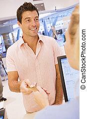hombre, elaboración, compra, con, tarjeta de crédito