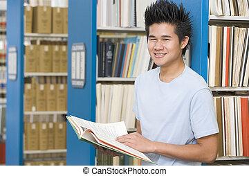 hombre, en, biblioteca, tenencia, libro, (depth, de, field)