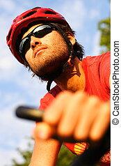 hombre, en, bicicleta montaña