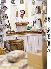 hombre, en, birdhouse, tienda, sonriente