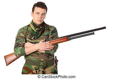 hombre, en, camuflaje, con, arma de fuego