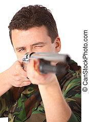 hombre, en, camuflaje, puntiagudo, de, arma de fuego