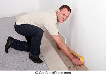 hombre, en casa, preparando, a, colocar, alfombra
