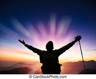 hombre, en, el, cima, de, montaña, mirar, salida del sol