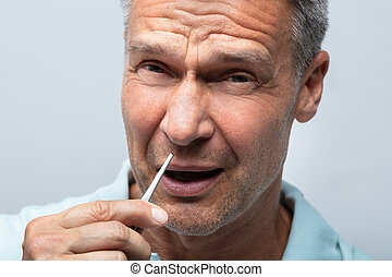 hombre, en el dolor, el quitar, nariz, pelo, con, pinzas