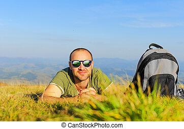 hombre, en la hierba