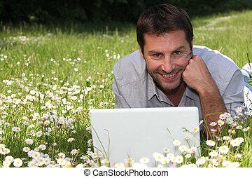 hombre, en la hierba, con, computador portatil