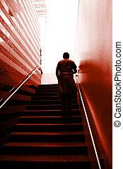 hombre, en las escaleras