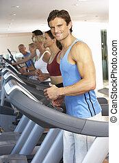 hombre, en, máquina corriente, en, gimnasio