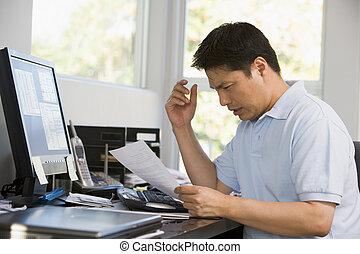 hombre, en, ministerio del interior, con, computadora, y, papeleo, frustrado