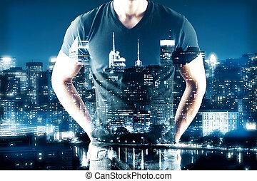 hombre, en, noche, ciudad