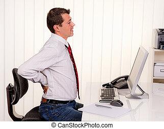 hombre en oficina, con, dolor de espalda