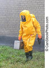hombre, en, químico, protección, traje