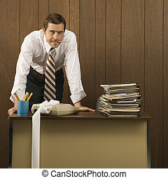 hombre, en, retro, oficina.