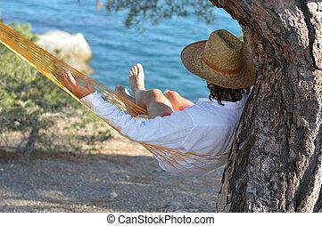 hombre en sombrero, en, un, hamaca, en, pino, en, crimea, un, día de verano