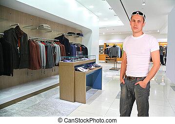 hombre, en, tienda de ropa