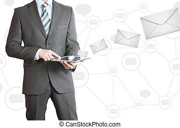 hombre, en, traje, tenencia, tableta, pc., envío, concepto