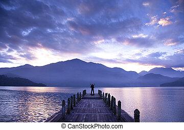 hombre, estante, en, un, muelle, y, mirar, el, montañas, y, lago