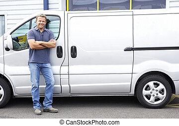 hombre estar de pie, al lado de, furgoneta