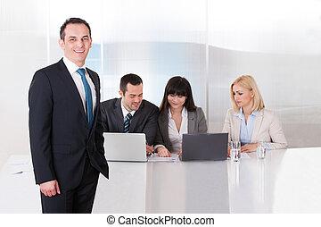 hombre estar de pie, delante de, universidades, trabajando, en, oficina