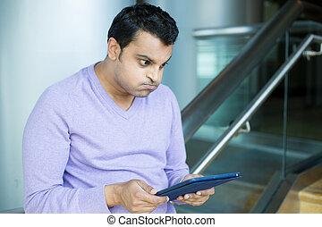 hombre, frustrado, por, qué, él, ve, en, tableta
