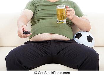 hombre gordo, bebida, cerveza, y, se sentar sobre sofá, para...