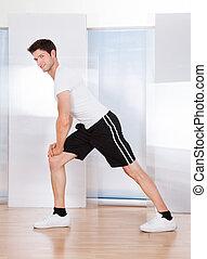 hombre, hacer, estirar el ejercicio