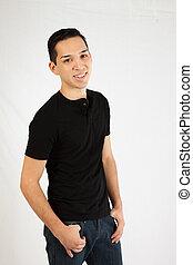 hombre hispano, en, camisa negra
