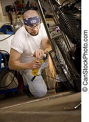 hombre hispano, utilizar, amoladora, en, motocicleta