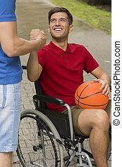 hombre incapacitado, baloncesto, tenencia, feliz
