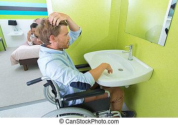 hombre incapacitado, pelo de estilo, en, fregadero