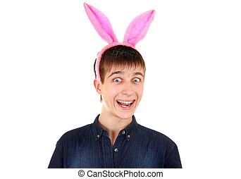 hombre, joven, orejas de conejo