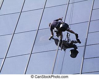 hombre, limpieza, windows, en, un, edificio alto de la subida